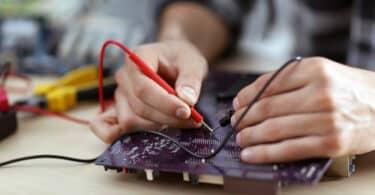 homme qui répare un ordinateur